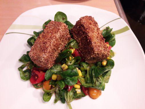 Salat mit gebackenen Feta-Käse inSesam Kruste